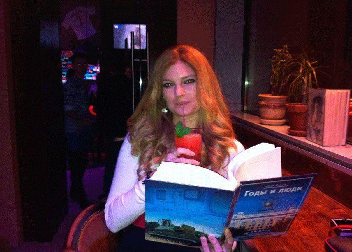Leyendo en una discoteca de Moscú