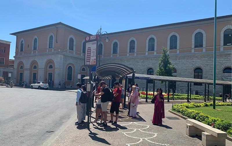 Estación para tomar el bus a la torre inclinada