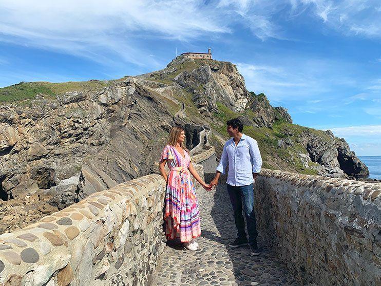 Foto solos en el puente de piedra de Gaztelugatxe